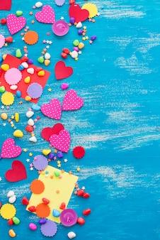 Color festivo del caramelo del corazón del fondo del confeti saturado.