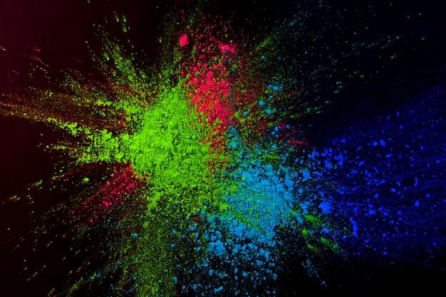 Color de polvo alto colorido salpicado sobre fondo oscuro