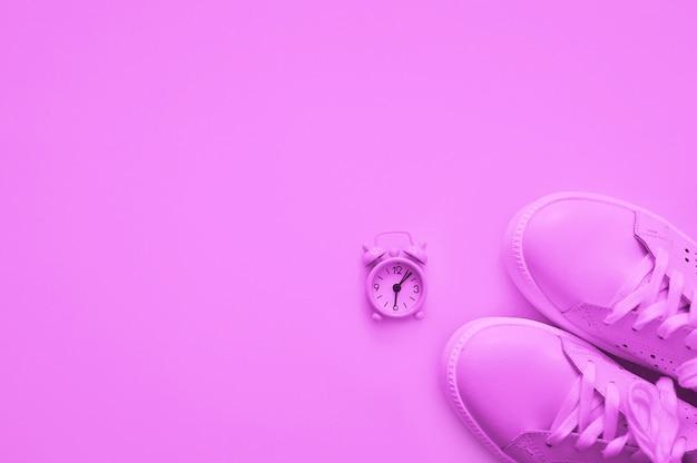 Color rosa, zapatillas y relojes lila claro. concepto de deporte estilo plano. concepto de deporte, pérdida de peso estilo de vida saludable.