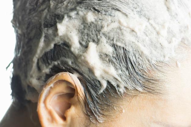 Coloración del cabello en proceso, la mujer obtiene nuevo color de cabello.