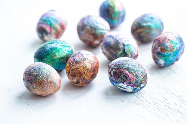 Coloración cósmica de huevos de pascua en luz