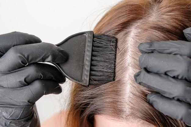 Coloración de las raíces grises del cabello en casa. procedimiento cosmético a domicilio.
