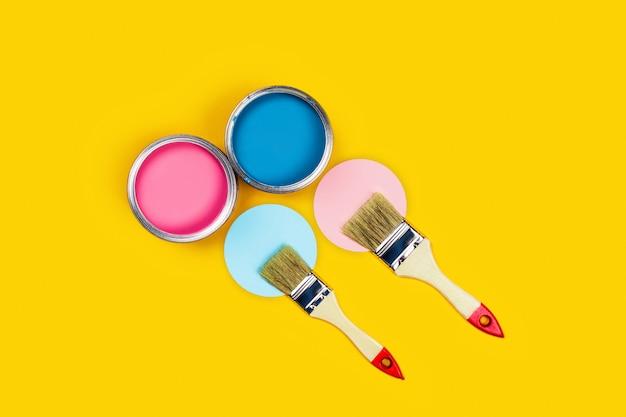 Coloreado con tarros de pintura y pinceles.