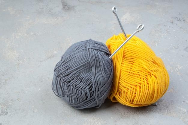 Colores del año 2021. ovillos de lana de color amarillo y gris. hilos para tejer y crochet. creatividad y pasatiempos