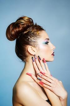 Colores brillantes, manicura colorida y maquillaje de moda.