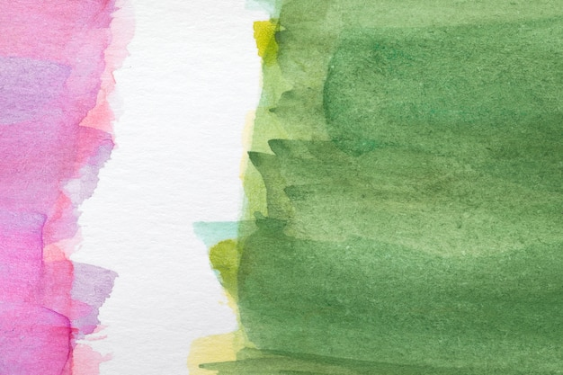 Colores fríos y cálidos mancha pintada a mano sobre superficie blanca