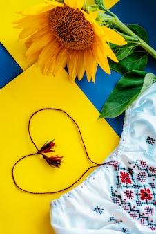 Colores nacionales ucranianos, girasol contra tela bordada.
