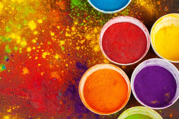 Colores orgánicos en polvo en un tazón para el festival holi