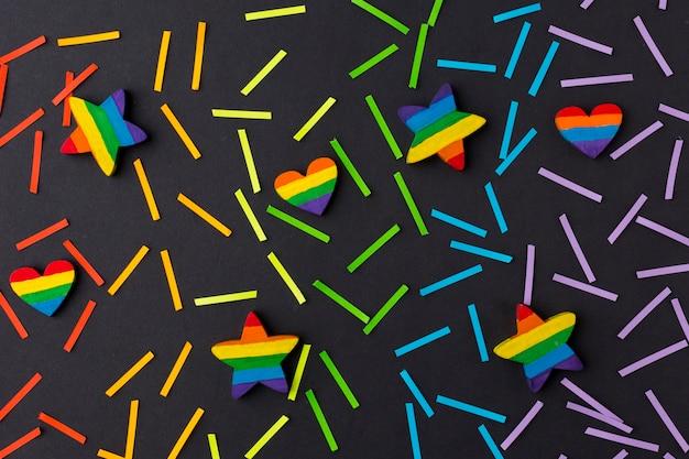 Colores del orgullo del arco iris en papel con estrellas y corazones