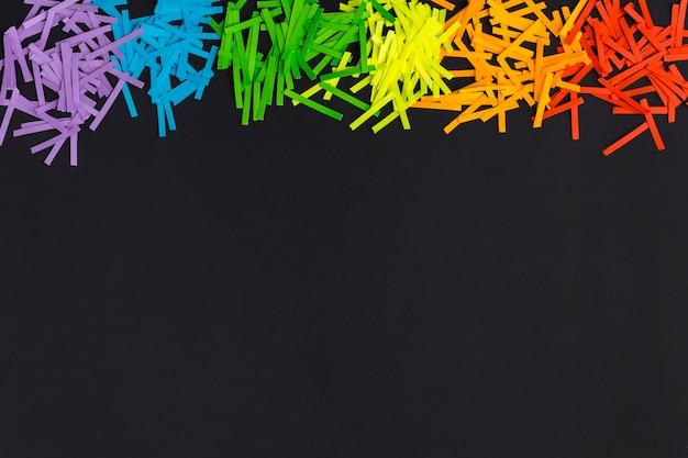 Colores del orgullo del arco iris en papel sobre fondo de espacio de copia