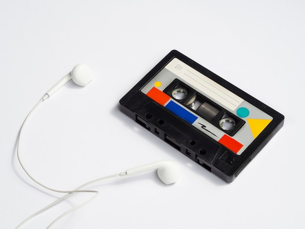 Colorida cinta de cassette vintage con auriculares