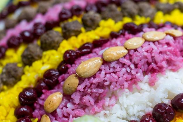 Colorida comida artística casera en la mesa