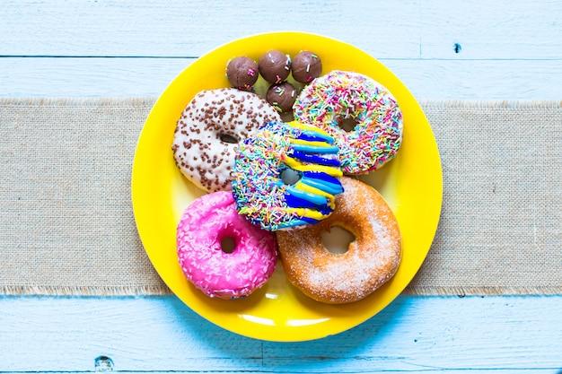 Colorida composición de desayuno donuts con diferentes estilos de color.