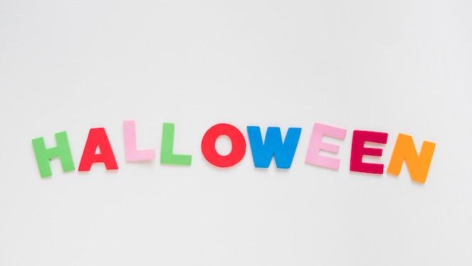 Colorida escritura de halloween en blanco