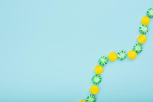 Colorida espiral de dulces en la mesa