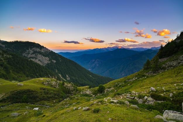Colorida luz del sol en los majestuosos picos de las montañas
