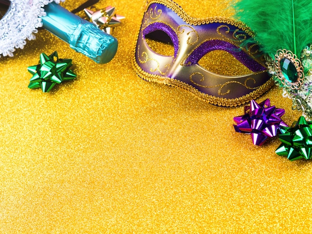 Colorida máscara de carnaval con arcos sobre fondo dorado