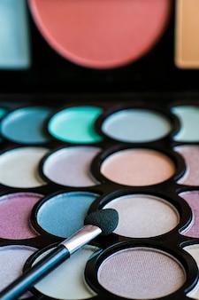 Colorida paleta de maquillaje con pincel de maquillaje, filtro de color