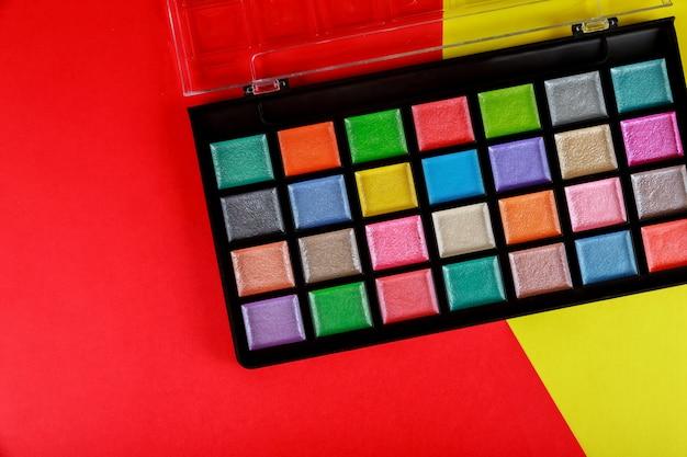 Colorida paleta de maquillaje, sombra de ojos en caja.