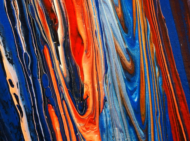 Colorida pintura al óleo que fluye sobre lienzo