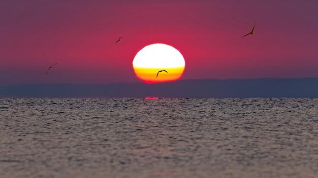 Colorida puesta de sol sobre el lago balaton en hungría.