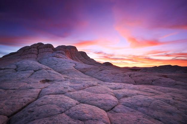 Una colorida puesta de sol en white pocket, arizona, en el monumento nacional vermilion cliffs