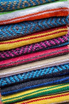 Coloridas alfombras de lana a rayas que venden en la calle