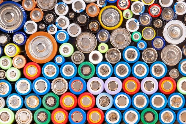 Coloridas baterías descargadas gastadas de diferentes tamaños y formatos, plano