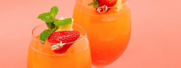 Coloridas bebidas refrescantes cóctel sunrise naranja fresa en los vasos