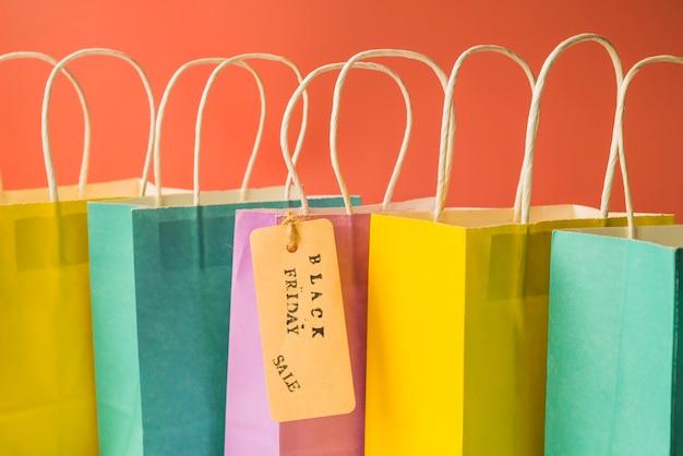Coloridas bolsas de compras con etiqueta
