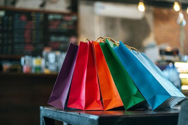 Coloridas bolsas de papel colocadas sobre la mesa