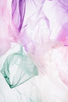 Coloridas bolsas de plástico sobre fondo blanco.