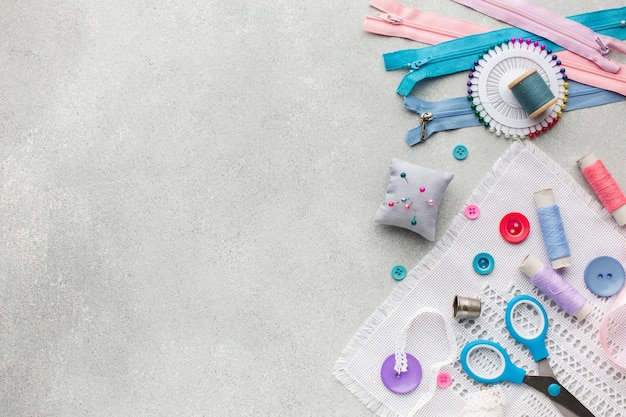 Coloridas cremalleras y botones con fondo de espacio de copia