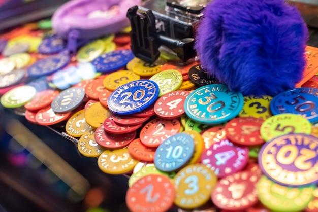 Coloridas fichas de póquer en la máquina del casino para ganar premios.
