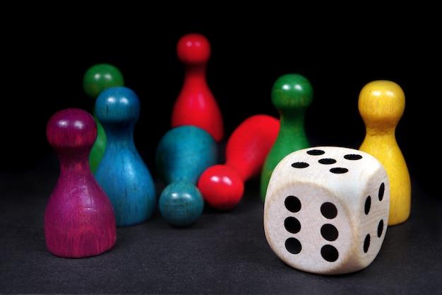 Coloridas figuras de juego con dados en pizarra
