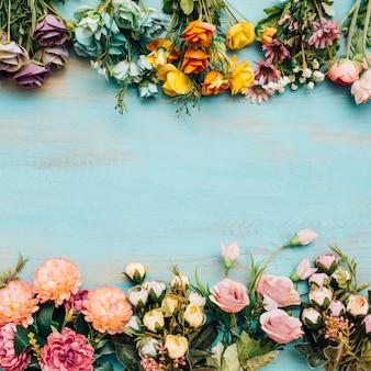 Coloridas flores con copia espacio en el medio.