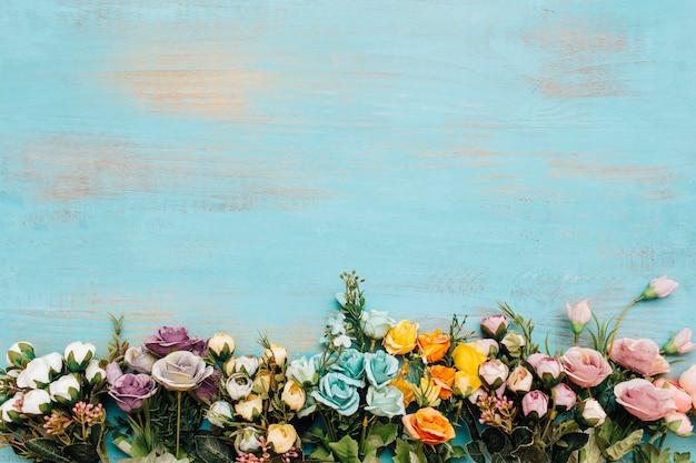 Coloridas flores con espacio de copia en la parte superior.