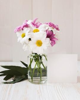 Coloridas flores en florero