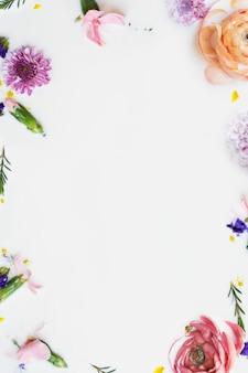 Coloridas flores de ranúnculo en un baño de leche, fondo enmarcado