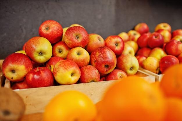 Coloridas frutas frescas brillantes. manzanas rojas en el estante de un supermercado o tienda de comestibles.