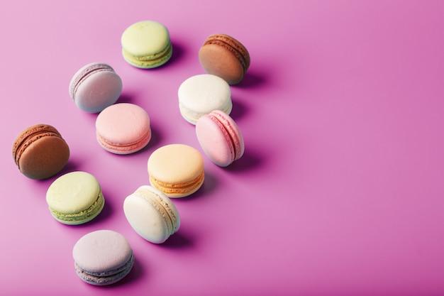 Coloridas galletas de macarrón francés esparcidas