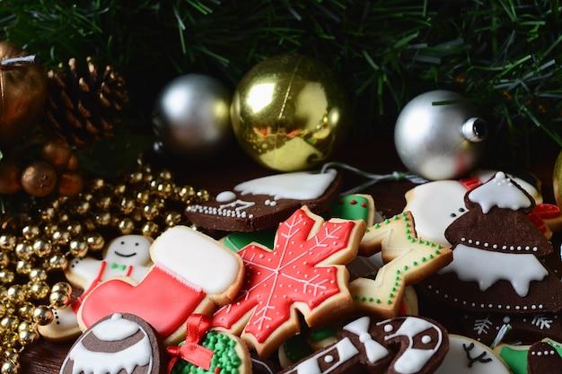 Coloridas galletas navideñas con decoración festiva.
