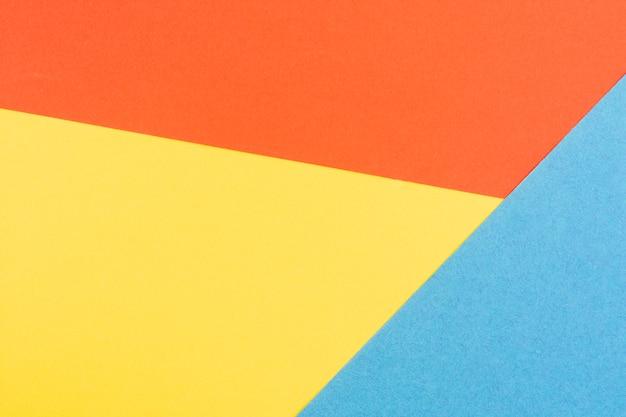 Coloridas láminas de cartón geométrico.