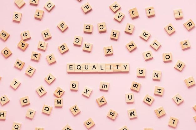 Coloridas letras de igualdad hechas de scrabble