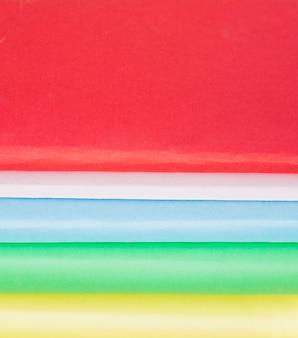Coloridas líneas de cubiertas de papel.
