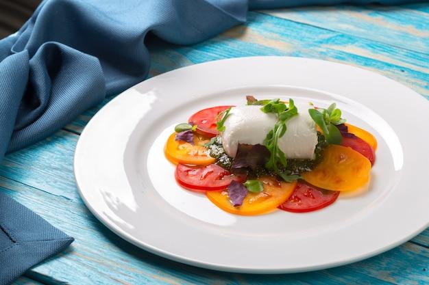 Coloridas lonchas de queso y tomate