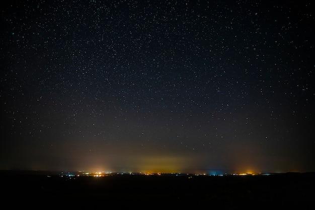 Coloridas luces del horizonte en el cielo