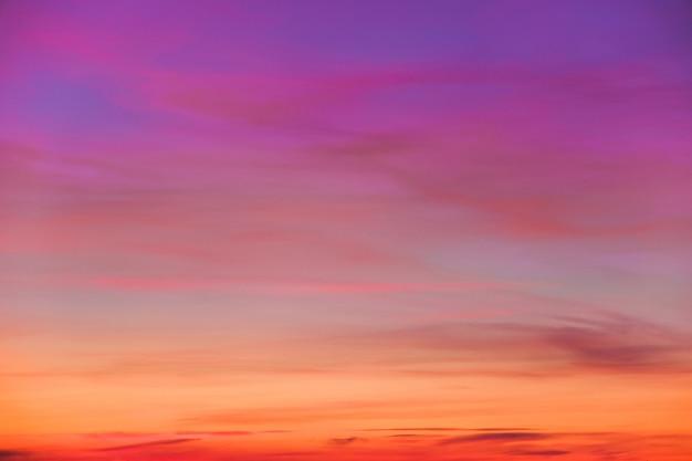 Coloridas nubes brillantes en el cielo durante el atardecer o el amanecer.