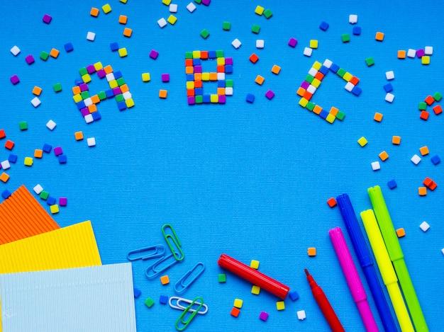 Coloridas palabras de abc mostradas en el cuadro.
