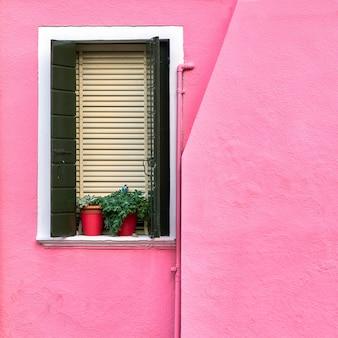 Coloridas paredes y ventanas tradicionales de las casas antiguas.